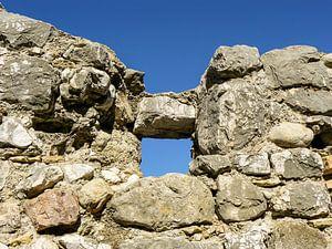 Primitief raam in de muur van een ruine van Wil Wijnen