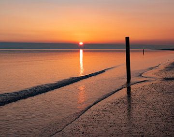 Meeresstrand, Rockanje bei Sonnenuntergang von Marjolein van Middelkoop