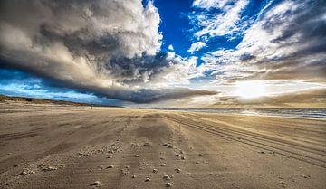 Regenbui op het strand van Alex Hiemstra