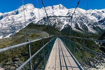 Hängebrücke in den Bergen Neuseelands von Linda Schouw