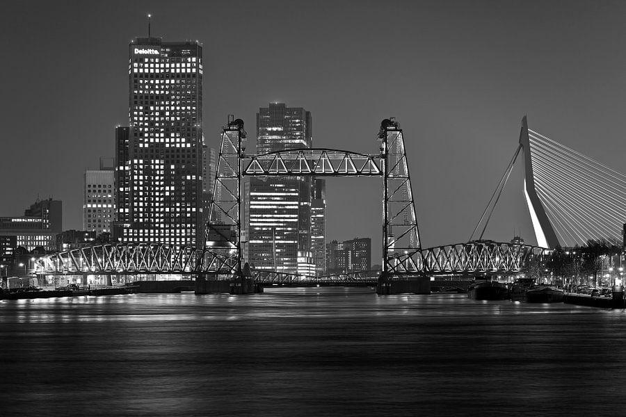 De Hef in Rotterdam met de skyline zwart wit