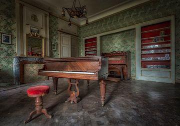 Piano dans le château abandonné von Kelly van den Brande
