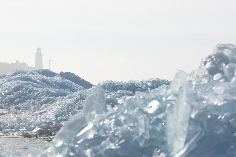 Vuurtoren en kruiend ijs op Urk van Johan Kalthof