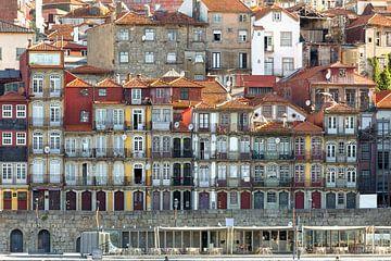 Woningen aan de kade in Porto van Rob van Esch