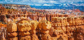 Il neige sur les formations rocheuses géologiques dans le parc national de Bryce Canyon sur Rietje Bulthuis