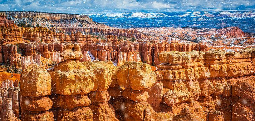 Het sneeuwt op de rotsformaties in Bryce Canyon National Park van Rietje Bulthuis