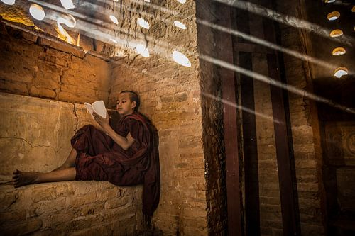 BAGHAN,MYANMAR, DECEMBER 12 2015 -Baghan Myanmar, jonge monnik studeert in budhistisch klooster.Wout