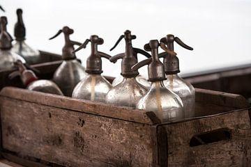Vintage sodaflessen in een houten krat van Peter de Kievith Fotografie
