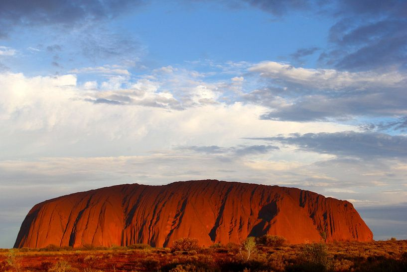 Avond bij Uluru, Outback, Australië van Inge Hogenbijl