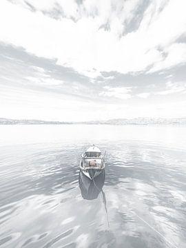 High Key Minimalistisch Landschap Meer met Boot van Art By Dominic