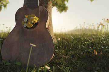 alte Ukulele angelehnt am Baum mit Frühlingsblumen verziert von Besa Art