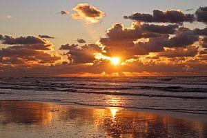 Zonsondergang aan de Noordzee in Nederland