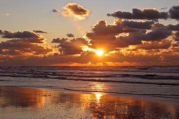 Zonsondergang aan de Noordzee in Nederland van Nisangha Masselink