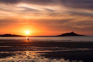 Romantische zonsondergang aan het strand van