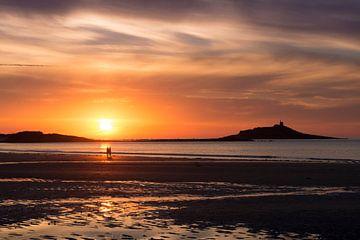 Romantische zonsondergang aan het strand von
