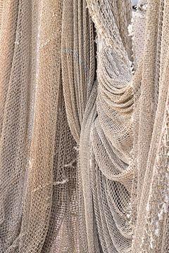 Vissersnetten in de haven in het dorp Urk van Christa Stroo fotografie