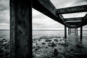 Onder de houten loopbrug