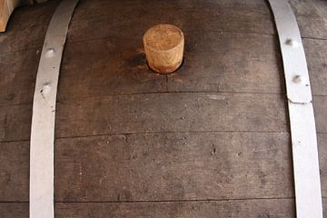 Nahaufnahme eines alten Weinfasses mit Korkverschluss von Eigenwijze Fotografie