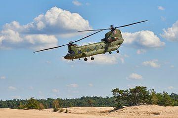 Chinook transporthelikopter gaat landen op het Beekhuizerzand van Jenco van Zalk