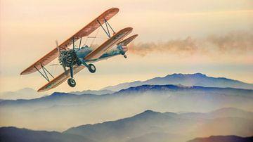 Doppeldeckerflugzeug über den Bergen von Judith Robben