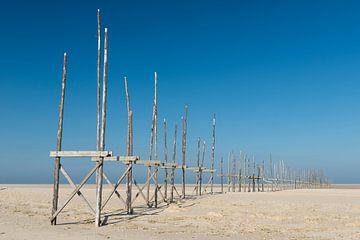 Aanlegsteiger op de zandplaat de Vliehors op het eiland Vlieland van Tonko Oosterink