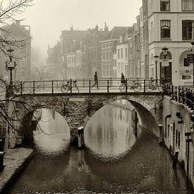 Straatfotografie in Utrecht. De Maartensbrug en Oudegracht in sepia van De Utrechtse Grachten