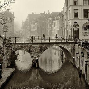 Straatfotografie in Utrecht. De Maartensbrug en Oudegracht in sepia