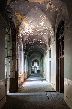 Long couloir abandonné. sur Roman Robroek