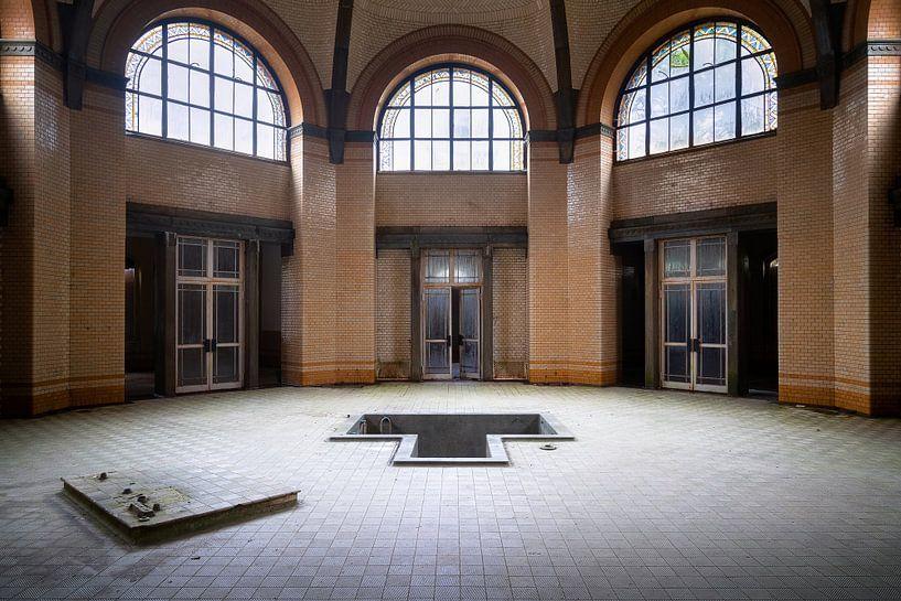 Verlassenes Badehaus in Beelitz. von Roman Robroek