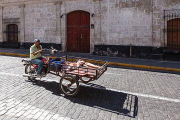 Straat tafreel met motorbakfiets in Arequipa, Peru sur Martin Stevens