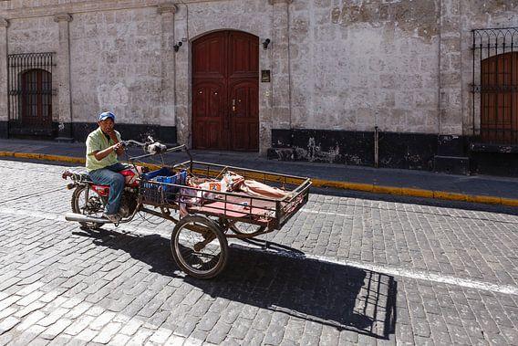 Straat tafreel met motorbakfiets in Arequipa, Peru van Martin Stevens