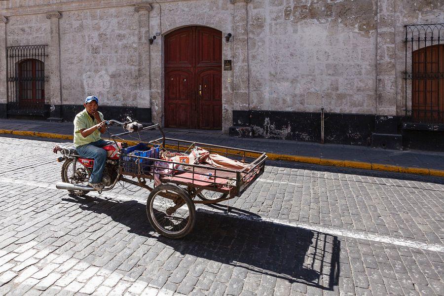 Straat tafreel met motorbakfiets in Arequipa, Peru