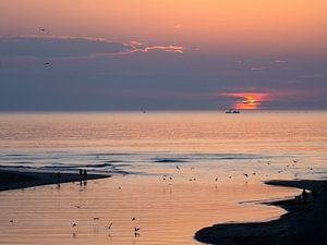 Coucher de soleil à la plage. sur Muriel Polet