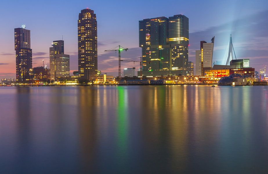 Skyline van Rotterdam na zonsondergang.