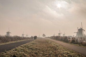 Malerische Kinderdijk im Nebel von Mark den Boer