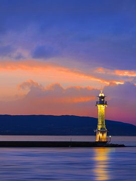 Antike Leuchtturm mit buntem Sonnenuntergang von Tony Vingerhoets