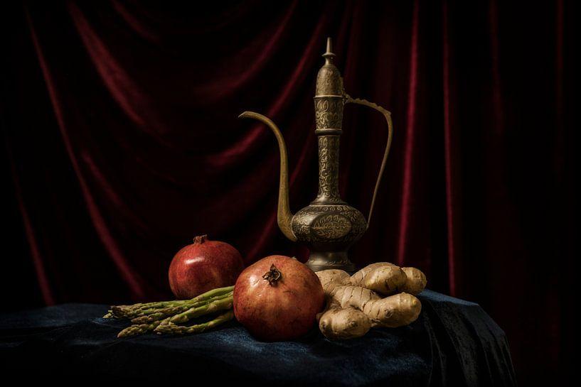 Arabische Teekanne vor rotem Hintergrund von MICHEL WETTSTEIN