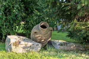 oude vaas in tuin stilleven