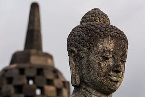 Buddha met stoepa.