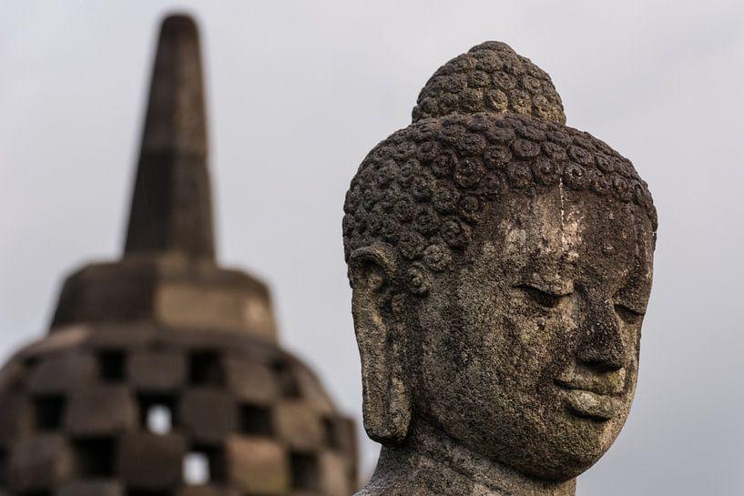 Buddha met stoepa. van Adri Vollenhouw