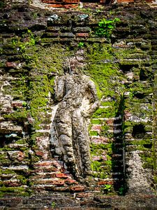 Oude stenen, met mos begroeide, tempelmuur met reliëf beeld, Sri Lanka