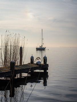 Eenzame zeilboot van Mattijs Diepraam