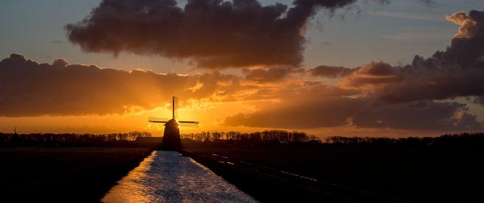 Zonsopgang met windmolen in de polder van Arjen Schippers
