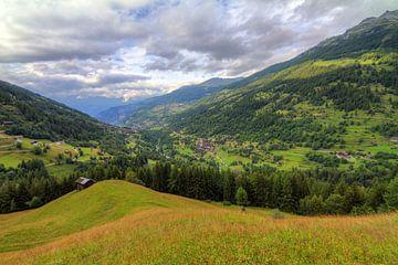 Wallis Zwitserland in de zomer met wolken von Dennis van de Water