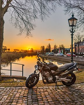 Motorfiets aan pittoresk haventje bij zonsondergang van RH Fotografie