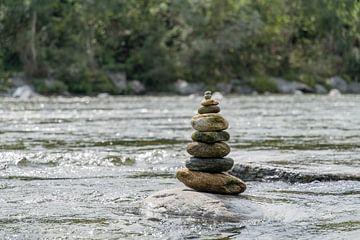 Gestapelde stenen in een rivier van Diantha Risiglione