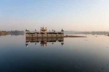 In het meer gelegen paleisje bij Dungarpur in India. Wout Kok One2expose van