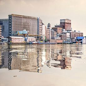 Waterspiegeling graansilo van Frans Blok