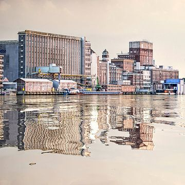 Wasser-Reflexion Getreidesilo von Frans Blok