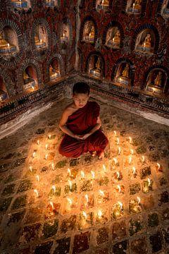 Biddende monnik in klooster in  Nyaung Shwe vlakbij Inle in Myanmar von Wout Kok